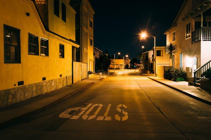 Casas ao longo de uma rua na noite, na praia de Newport imagens de stock royalty free