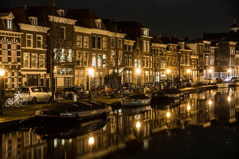 Casas ao longo do canal em Leiden fotos de stock