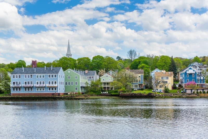Casas ao longo do rio de Quinnipiac, em alturas justas do abrigo, New Haven, Connecticut imagens de stock