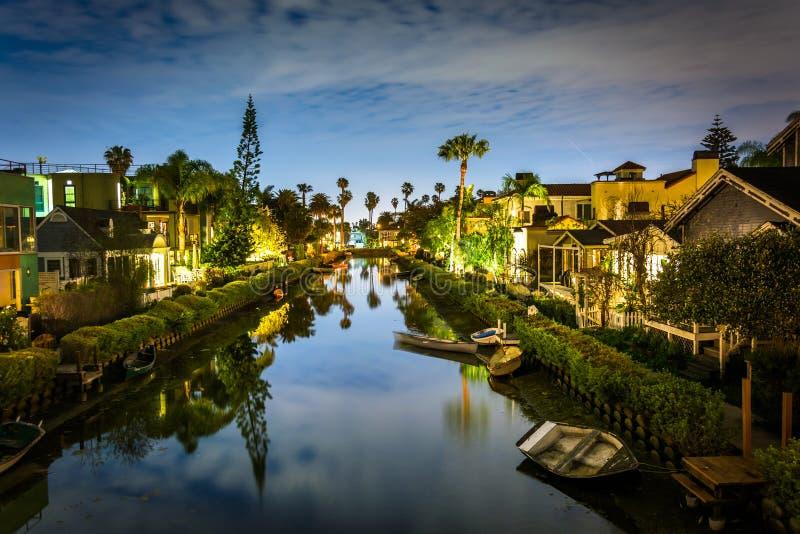 Casas ao longo dos canais de Veneza na noite fotos de stock royalty free