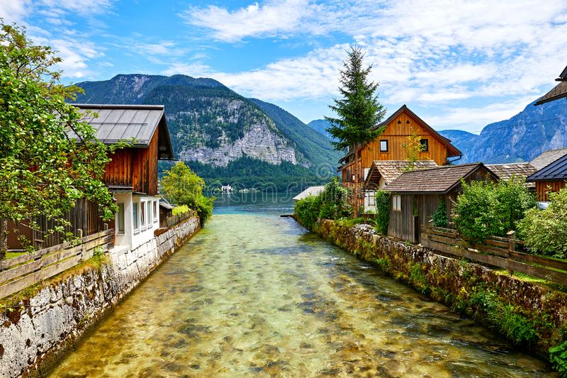 Casas austríacas de madeira tradicionais de Hallstatt Áustria imagens de stock