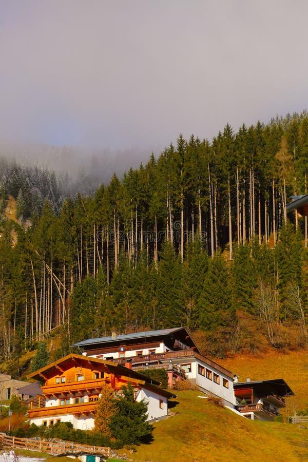 Casas austríacas en montañas foto de archivo libre de regalías