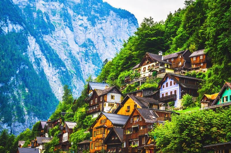 Casas austríacas típicas que estão no montanhês da montanha no cume foto de stock