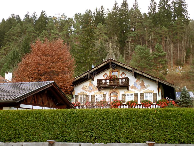 Casas bávaras tradicionales imponentes entre el follaje de otoño en Garmisch-Partenkirchen, Baviera fotos de archivo