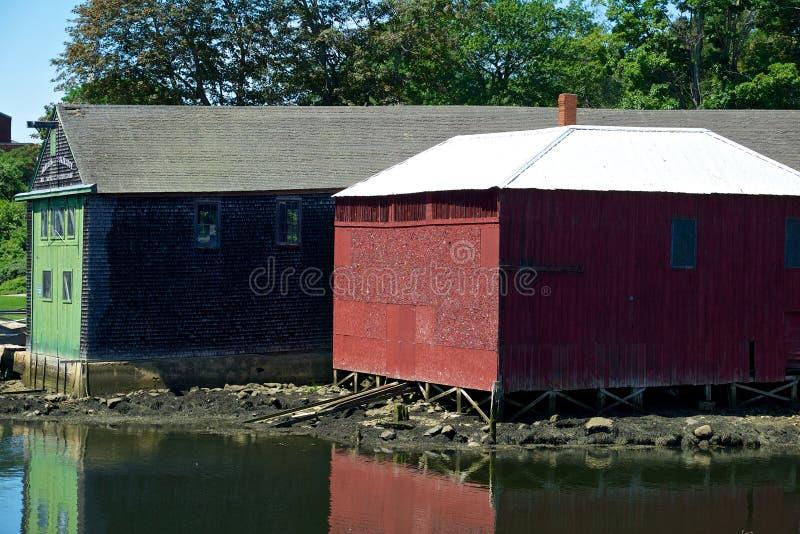 Casas barco coloridas en un puerto foto de archivo