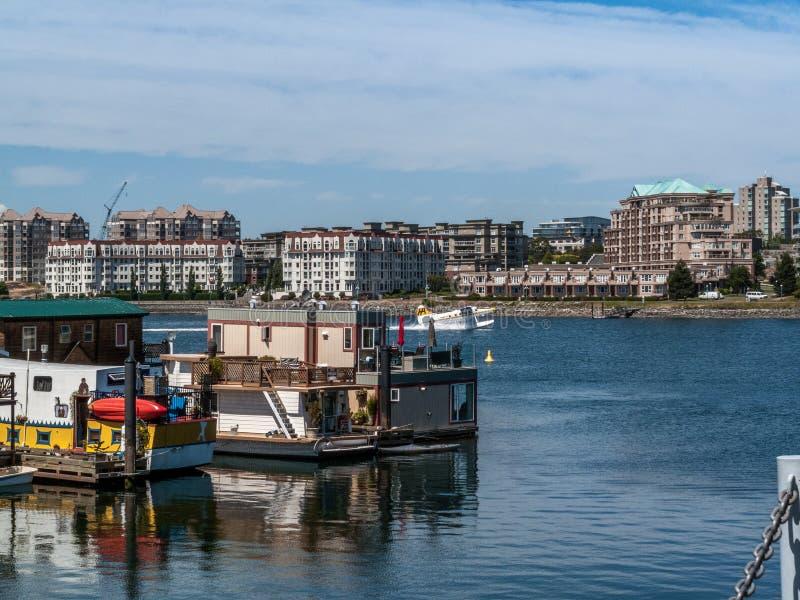 Casas barco y helicóptero en el muelle del pescador fotos de archivo