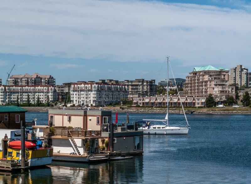 Casas barco y velero en el muelle del pescador foto de archivo libre de regalías