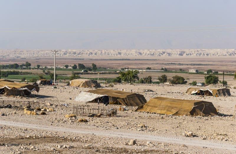 Casas beduinas en el desierto cerca del mar muerto imagenes de archivo