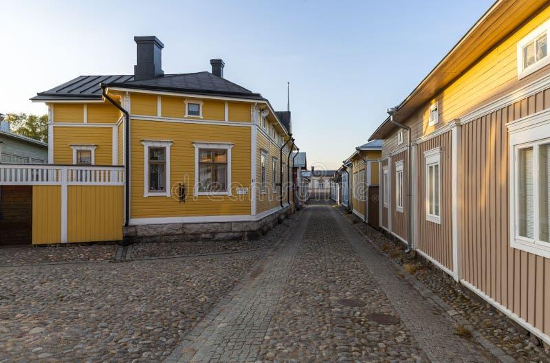 Casas bem conservados no centro de cidade de madeira da cidade de Rauma, Finlandia imagens de stock