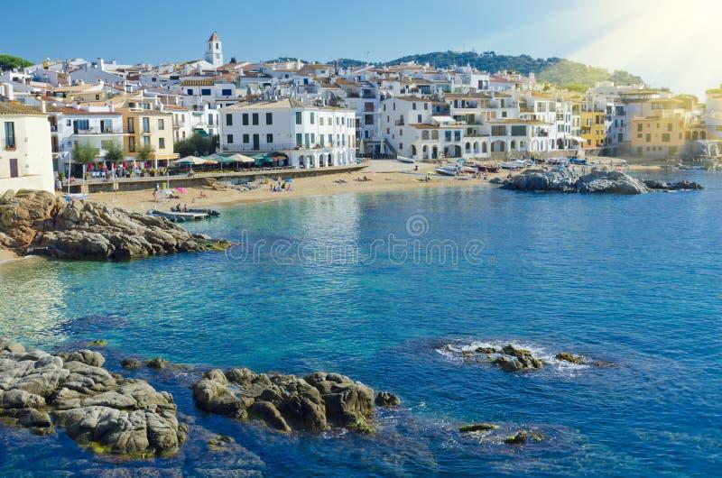 Casas blancas en la playa Ciudad costera Calella de Palafrugell encendido fotografía de archivo libre de regalías