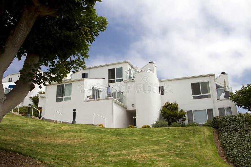 Casas blancas modernas en una colina en California foto de archivo