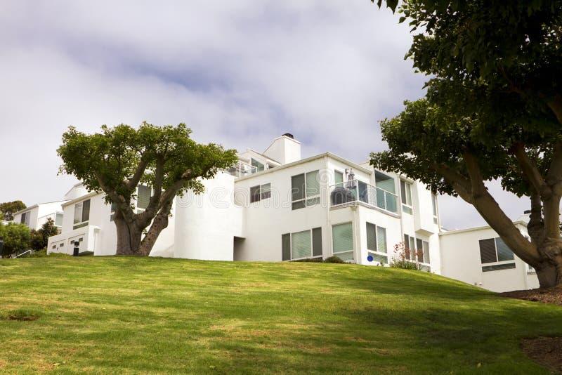 Casas blancas modernas en una colina en california for Casas blancas modernas