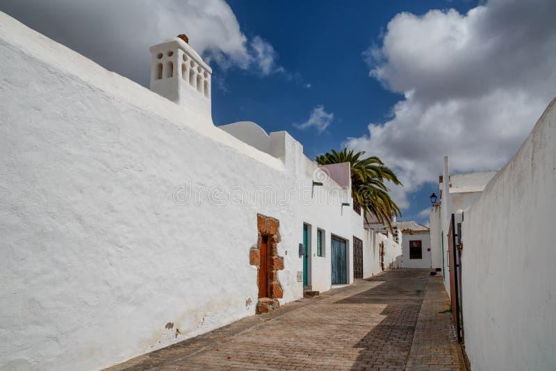 Casas blancas tradicionales y calle estrecha en Lanzarote España foto de archivo
