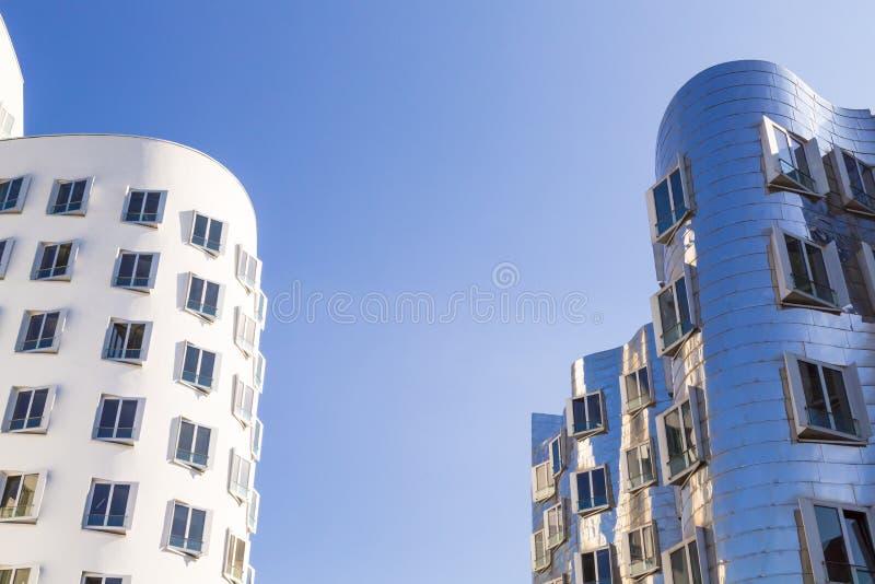 Casas blancas y metálicas con las ventanas azules, arquitectura moderna imágenes de archivo libres de regalías