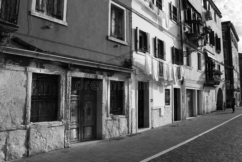 Casas blancos y negros en la orilla del mar de Chioggia imagen de archivo libre de regalías