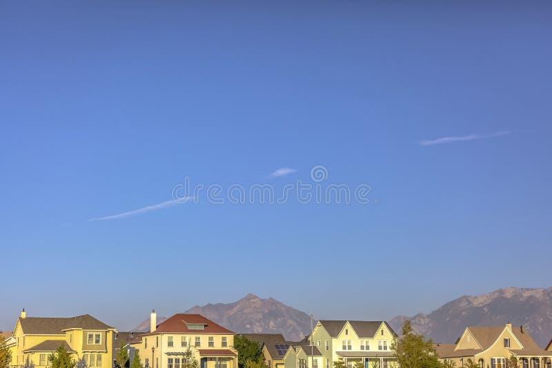 Casas bonitas com fundo da montanha e do céu imagens de stock
