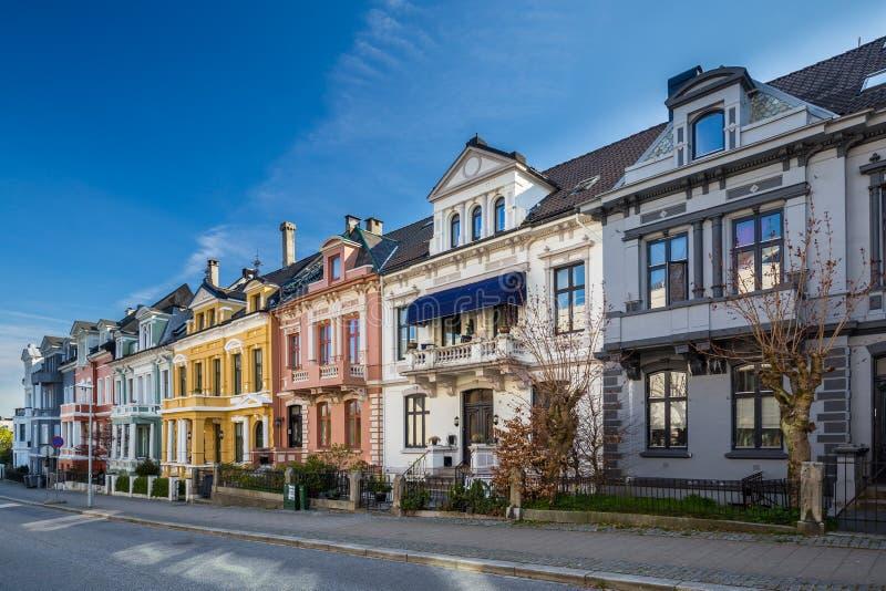 Casas bonitas em Perkveien, Bergen, Noruega imagens de stock