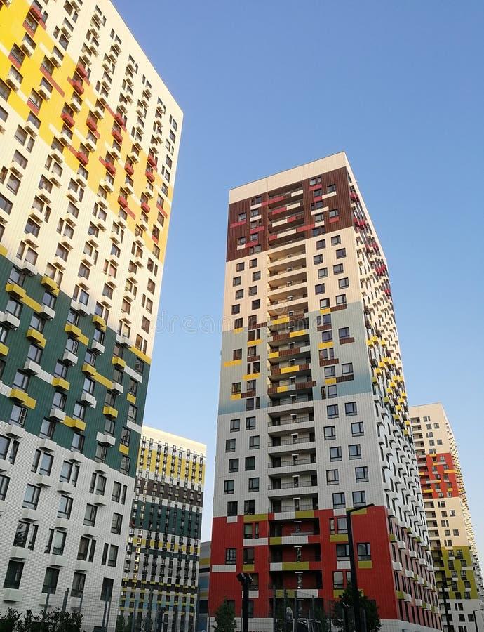 Casas bonitas grandes do colorfull, que dão um sorriso foto de stock royalty free