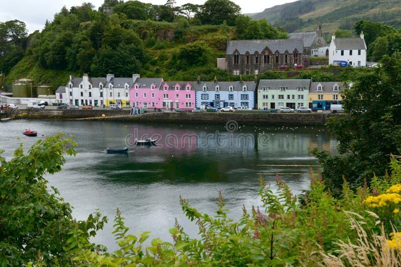 Casas brillantemente pintadas a lo largo del puerto fotografía de archivo