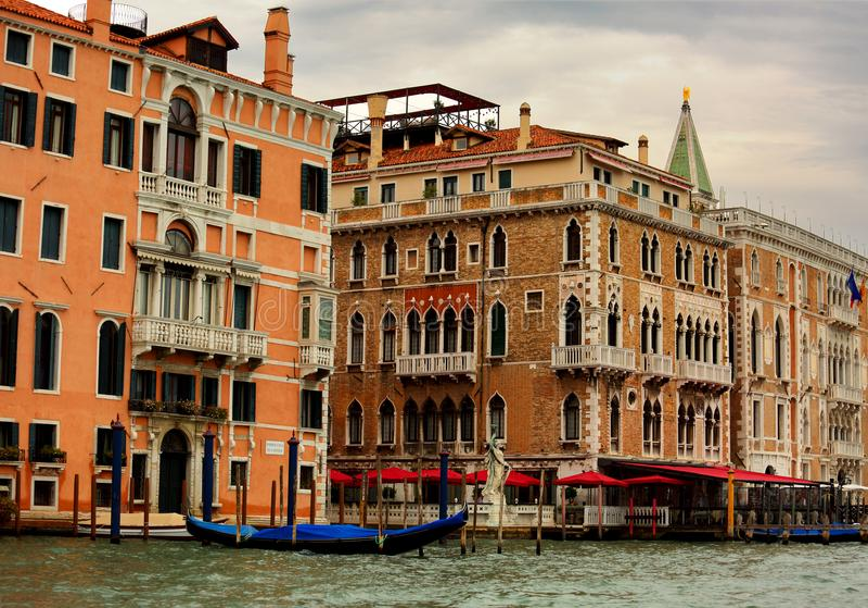 Casas brillantes viejas hermosas cerca del canal con la góndola en Venic imagenes de archivo