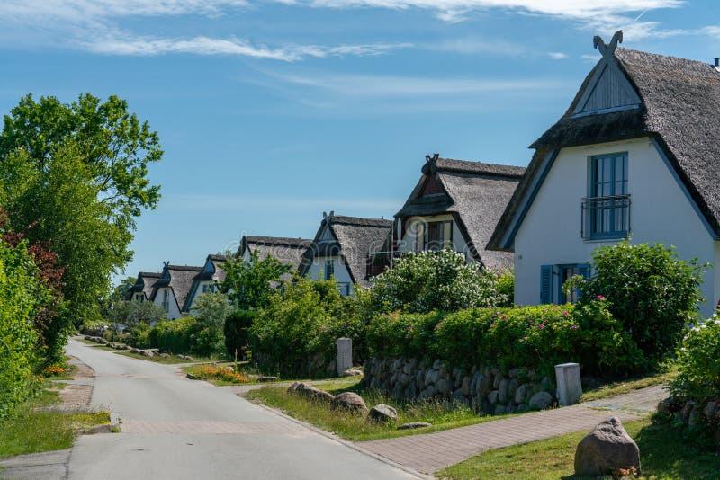 Casas cobridas com sapê alemãs do norte típico na ilha alemão Poel foto de stock