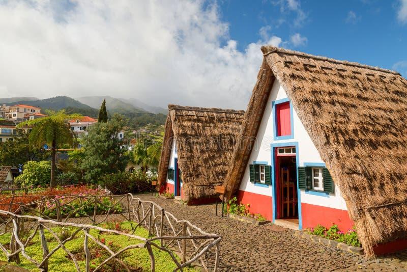 Casas cobridas com sapê históricas tradicionais com os telhados strawy na ilha de Madeira, Santana, Portugal imagens de stock royalty free