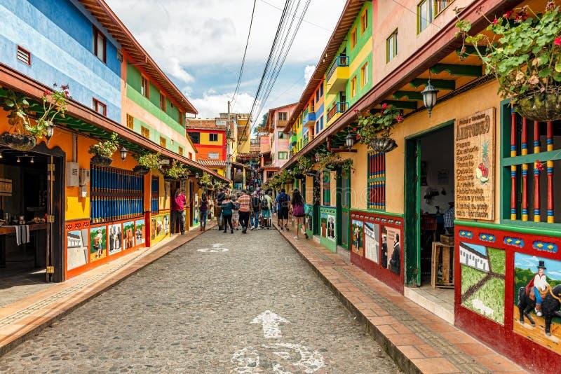 Casas coloniais coloridas em uma rua de pedrinha em Guatape, formiga fotos de stock