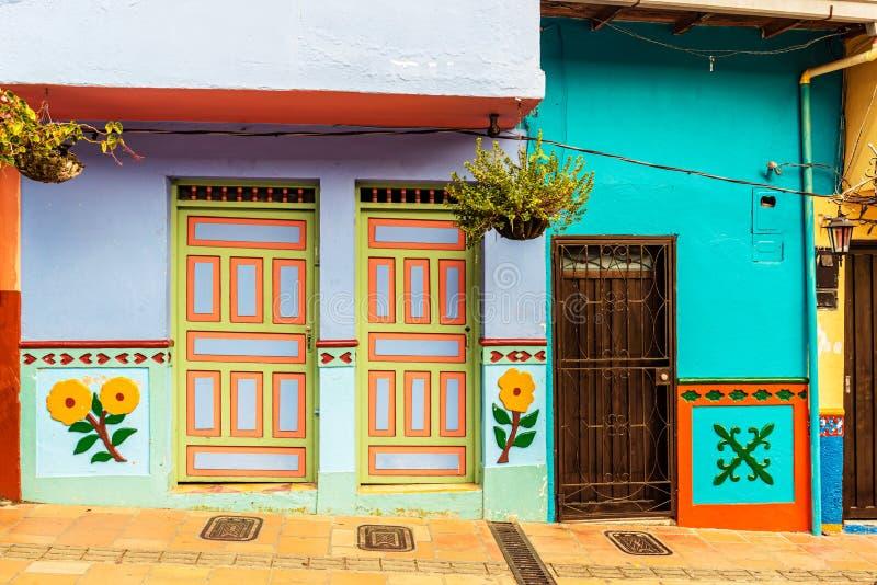 Casas coloniais coloridas em uma rua em Guatape, Antioquia no Co fotografia de stock
