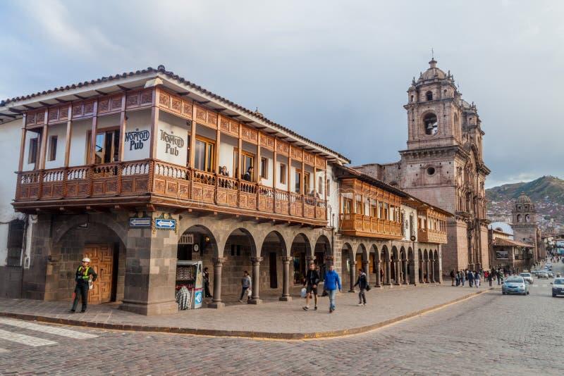 Casas coloniales en el cuadrado de Plaza de Armas en Cuzco foto de archivo