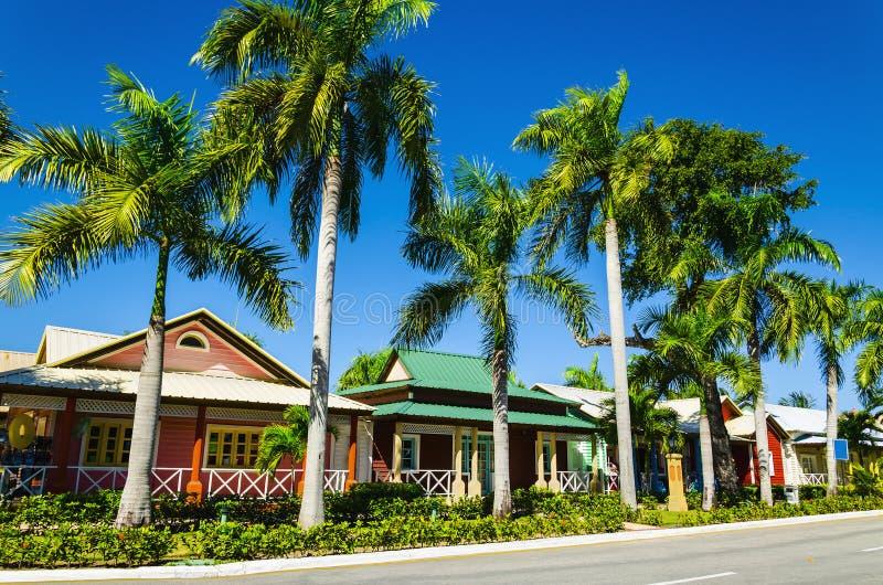 Casas coloreadas de madera muy populares en las islas caribeñas, fotografía de archivo libre de regalías