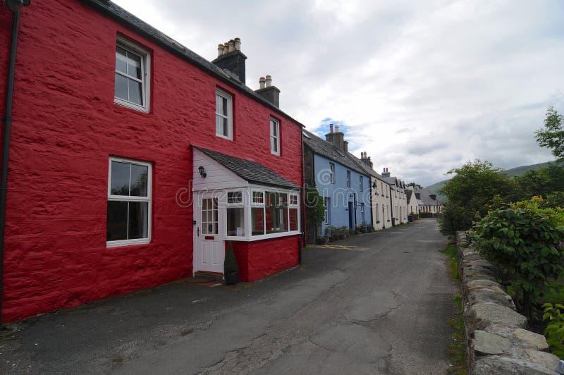 Casas coloreadas típicas del pueblo de Dornie, Escocia imagenes de archivo