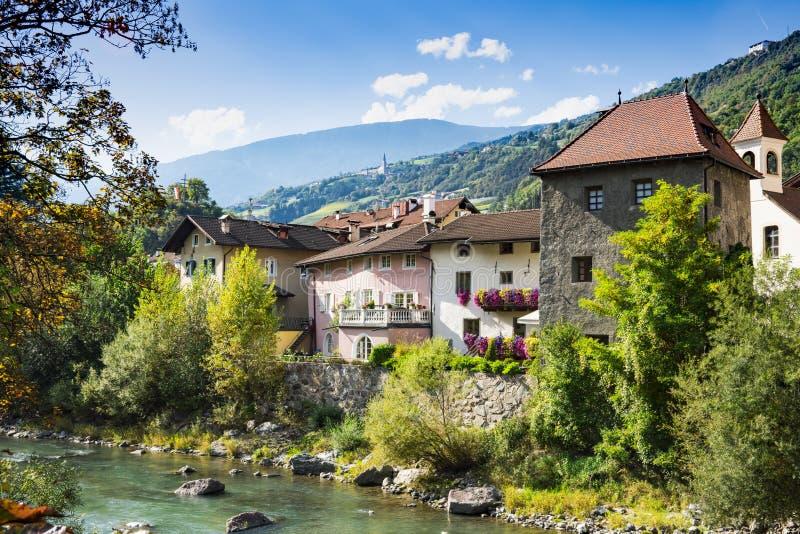 Casas coloridas ao longo do rio Isarco Eisack, Chiusa, Itália fotografia de stock royalty free