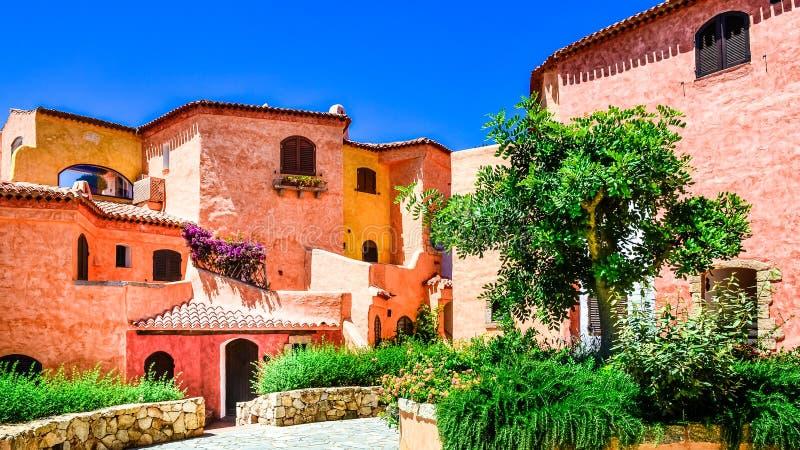 Casas coloridas bonitas com o jardim agradável em Sardinia fotos de stock royalty free