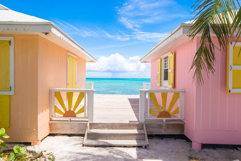 Casas coloridas brilhantes em umas Caraíbas exóticas imagem de stock