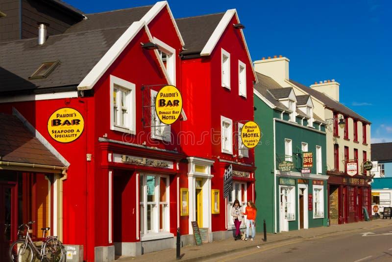 Casas coloridas Calle del filamento dingle irlanda foto de archivo
