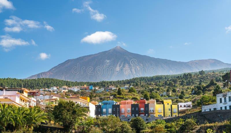 Casas coloridas cerca de Teide foto de archivo libre de regalías
