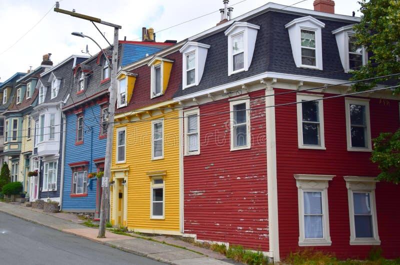 Casas coloridas da herança da fileira no ` s Terra Nova de St John fotos de stock royalty free