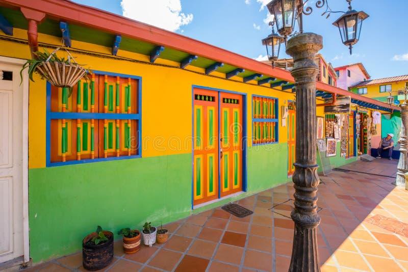 Casas coloridas da vila de Guatape Colômbia fotografia de stock
