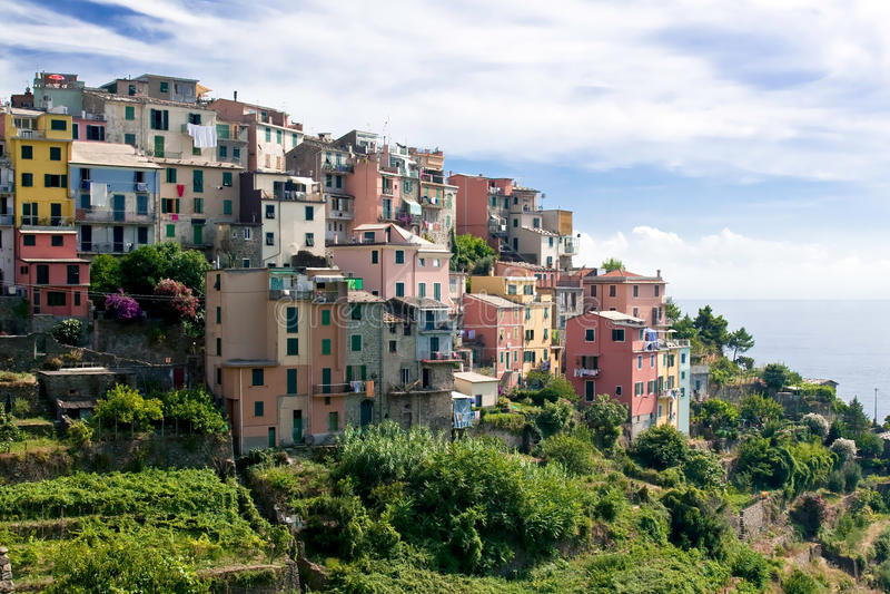 Casas coloridas de Corniglia   foto de stock