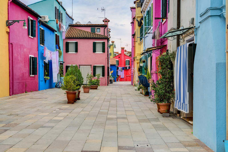 Casas coloridas de la isla de Burano con el lavadero fotos de archivo libres de regalías