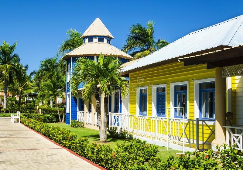 Casas coloridas de madeira muito populares nas Caraíbas, ideais por feriados foto de stock royalty free