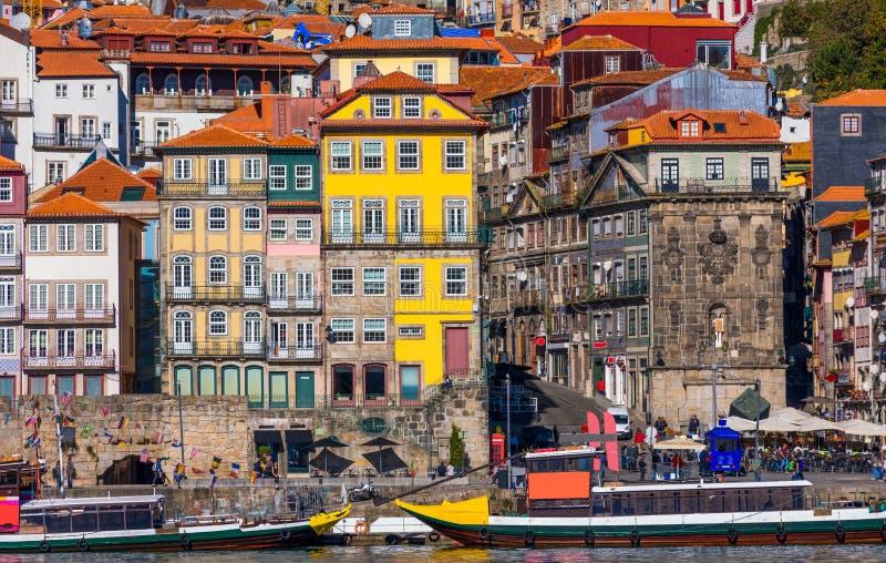 Casas coloridas de Porto Ribeira, fachadas tradicionais, multi velho imagem de stock