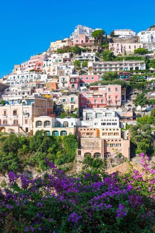 Casas coloridas de Positano sobre la colina, Amalfi, Italia fotografía de archivo