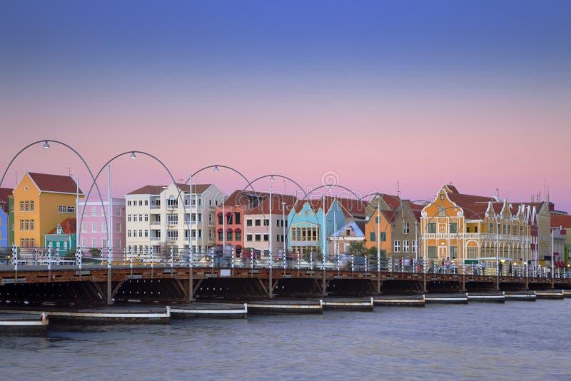 Casas coloridas de Willemstad, Curaçao con el puente imagen de archivo