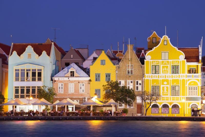 Casas coloridas de Willemstad, Curaçao en la noche foto de archivo