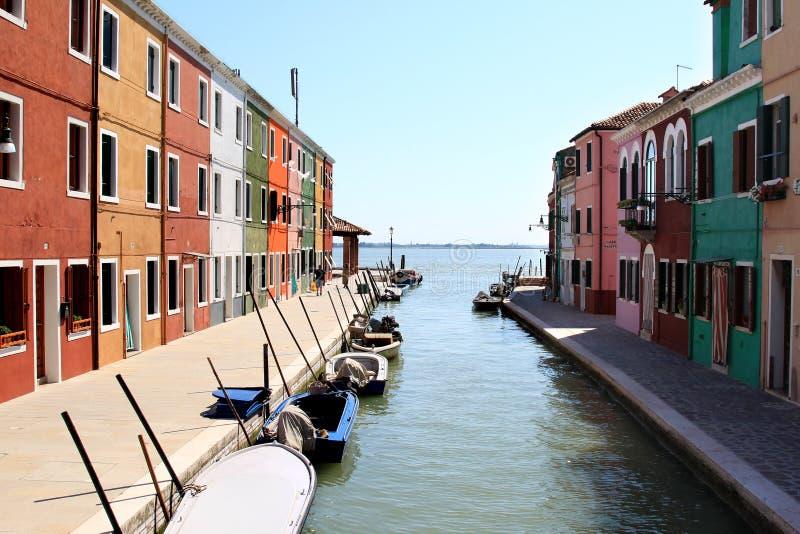 Casas coloridas do console Burano, Italy imagens de stock royalty free
