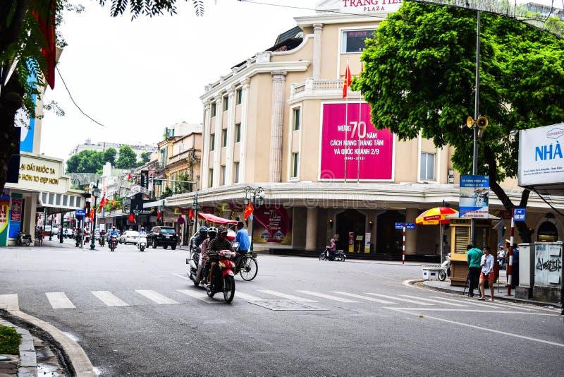 Casas coloridas e bonitas estreitas típicas na rua de Hanoi O Ha do Noi é o capital e a segunda - cidade a maior em Vietname imagem de stock royalty free