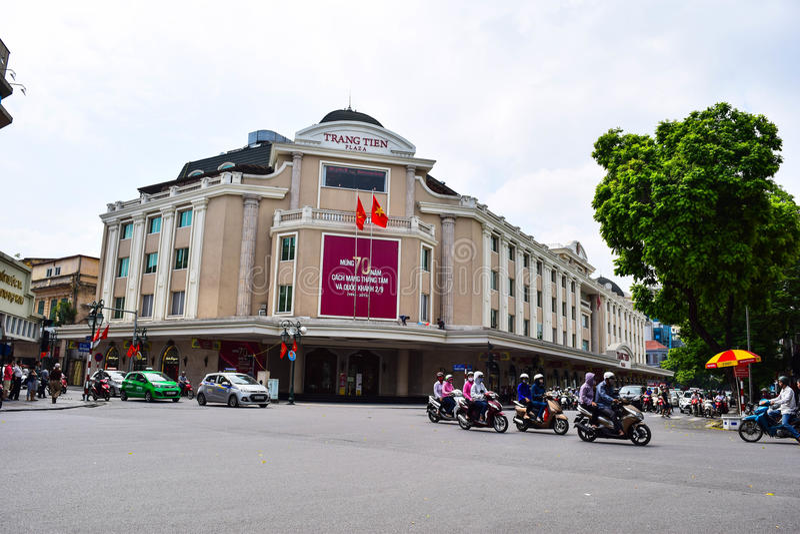 Casas coloridas e bonitas estreitas típicas na rua de Hanoi O Ha do Noi é o capital e a segunda - cidade a maior em Vietname imagem de stock