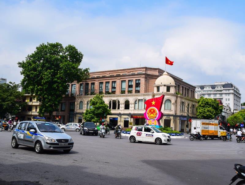 Casas coloridas e bonitas estreitas típicas na rua de Hanoi O Ha do Noi é o capital e a segunda - cidade a maior em Vietname foto de stock