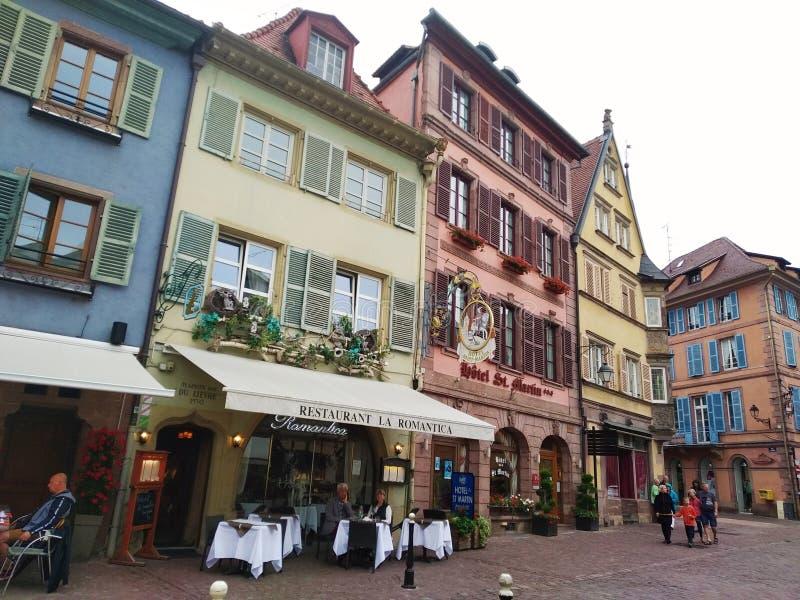 Casas coloridas e decoradas nas ruas de Colmar fotos de stock